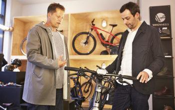 Hoher Besuch bei Wingwheels: Til Schweiger lässt sich von Inhaber Matthias Lingner sein neues Stromer ST2S zeigen.