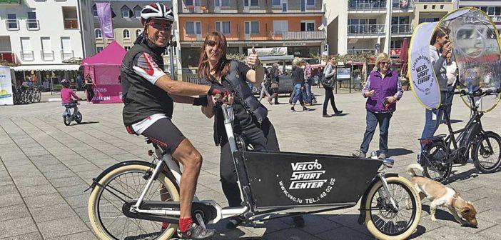 Praxistest bestanden: ein Stammkunde bei einer Probefahrt mit einem Bakfiets-Lastenrad. Mit im Bild Claudia Theis vom Velo Sport Center (Ehefrau von Inhaber Marc Broers).